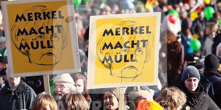 06.11.2010, Castortransport Demonstration, Dannenberg Nebenstedt, GER, Ca.50.000 Menschen demonstrieren gegen Atomkraft im Wendland, Foto © nph / Kohring