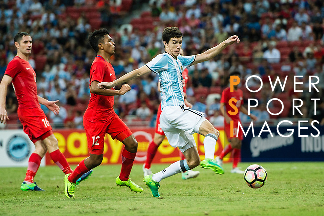 Ignacio Fernandez of Argentina (R) in action against Sariful Sulaiman of Singapore (L) during the International Test match between Argentina and Singapore at National Stadium on June 13, 2017 in Singapore. Photo by Marcio Rodrigo Machado / Power Sport Images