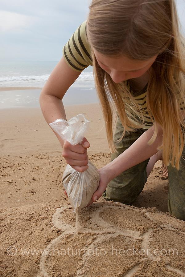 Naturkunst am Strand, Kind, Kinder formen aus Sand Meeresschildkröte, Meeresschildkröten, Schildkröte, Schildkröten am Sandstrand, Strandkunst, Strand, Meer, Küste
