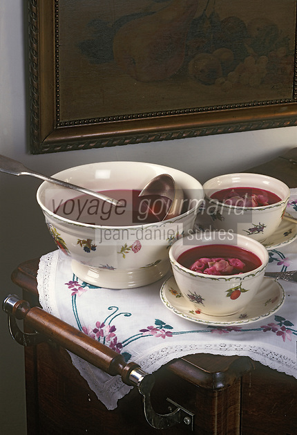 Europe/Pologne/Varsovie: Potage de betteraves rouges aux raviolis (czerwony barszcz z koldunami) ou borsch rouge