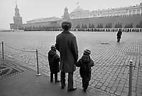 - Moscow, January 1988, a father with his two children look at the queue of visitors waiting to enter the Lenin Mausoleum on Red Square....- Mosca, gennaio 1988, un padre con i suoi due figli osserva la coda di visitatori che attendono di entrare nel Mausoleo di Lenin sulla Piazza Rossa