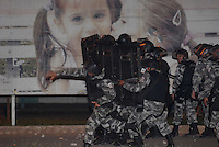 Policiais militares atiram com bombas de gás lacrimogênio e balas de borrachas durante vários confrontos que se espalharam pela cidade de Tailândia. Após apreensão madeireira de mais de 10000 metros cúbicos que deveriam ser levadas para Belém pelos fiscais da Sema que sairam da cidade após serem detidos por madeireiros.<br /> Tailândia Pará Brasil<br /> 19 02 2008<br /> Foto Paulo  Santos