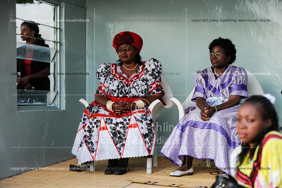 ZAMBIA Barotseland , Zambezi floodplain , Kuomboka ceremony in Limulunga, the Lozi king Lubosi Imwiko II. also called Litunga, change his lower land residence after raining time with the royal bark Nalikwanda to his upper land palace in Limulunga,  sitting left wife of the King, Queen Moyo Imwambo  / SAMBIA Barotseland , Flutebene des Zambezi Fluss , Kuomboka Fest in Limulunga, der Lozi Koenig, Litunga in seiner Residenz in Limulunga, Queen Moyo Imwambo