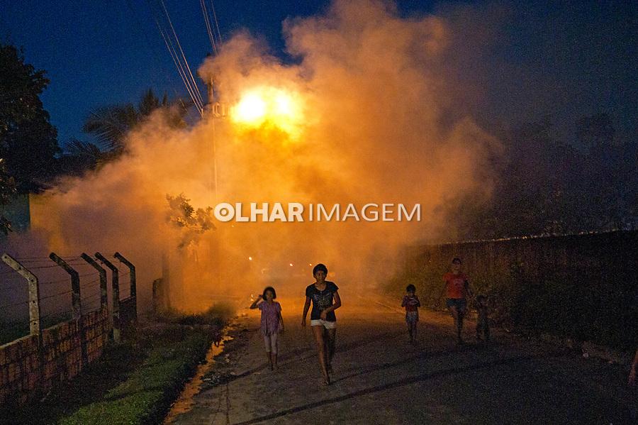 Pulvirazaçao combate ao mosquito da malária. Fiscais de saúde aplicando termonebulização na periferia de Manaus. Amazonas. 2011. Foto João Roberto Ripper