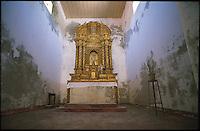 """Ilha de Moçambique, Isola del Mozambico, piccola isola adagiata sull'Oceano Indiano, è un capolavoro di bellezza,e da qualche anno è diventata per l'Unesco """"patrimonio universale dell'umanità"""". Vi approdo' Vasco de Gama, circa nel  1490, e venne chiamata la porta dell'oriente. Dopo un lungo abbandono e degrado durante la  guerra civile, ora stà per essere completamente recuperata. E' caratterizzata dalla divisione in due parti, quella con le case in muratura, che erano occupate dai coloni portoghesi, e quella delle case tradizionali in paglia e pietre. Numerosi gli edifici storici. Ricco l'artigianato in argento. La popolazione è di etnia Macua, le cui donne usano portare una maschera di bellezza, il n'siro. Fu la prima capitale del Mozambico..The Ilha de Moçambique, Mozambique Island, was the first capital of Mozambique, discovery by portugues Vasco de Gama. Actualy Ilha de Mozambique is protected by Unesco. Etnia Macua.."""