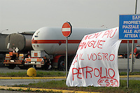 - manifestation and block of Esso oils warehouse of Trecate ..for protest against the war in Iraq....- manifestazione e blocco del deposito Esso petroli di Trecate in protesta contro la guerra in Iraq