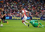 Nederland, Amsterdam, 15 augustus 2015<br /> Eredivisie<br /> Seizoen 2015-2016<br /> Ajax-Willem ll (3-0)<br /> Arek Milik van Ajax in in actie met bal. Rechts Kostas Lamprou, keeper (doelman) van Willem ll.