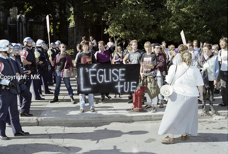 Des policiers de la CUM s'interposent entre une Manifestion anti avortement<br />  et des contre-manifestants, entre 1997 et 2001, date exacte inconnue<br /> <br /> PHOTO : Agence Quebec Presse