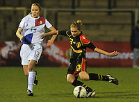 Netherlands U17 - Belgium U17 : Margaux Van Ackere (rechts) in duel met Lisanne Van Gurp.foto Joke Vuylsteke / Vrouwenteam.be