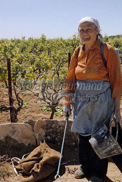 Croatie/Dalmatie/Primosten: Agricultrice sulfatant dans le vignoble<br /> PHOTO D'ARCHIVES // ARCHIVAL IMAGES<br /> YOUGOSLAVIE  1990