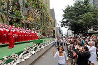 SÃO PAULO SP,QUARTA FEIRA 14 DE DEZEMBRO 2011,CORAL DA FUNDAÇÃO BRADESCO CANTA NA AV PAULISTA EM SAO PAULO,Hoje no começo desta tarde de quarta(14) o Coral da Fundaçao Bradesco se apresentou em uma agencia na Avenida Paulista Sao Paulo SP,centenas de pessoas puderam apreciar o evento que atraiu atençao de quem passava no local.FOTO:WARLEY LEITE/NEWS FREE