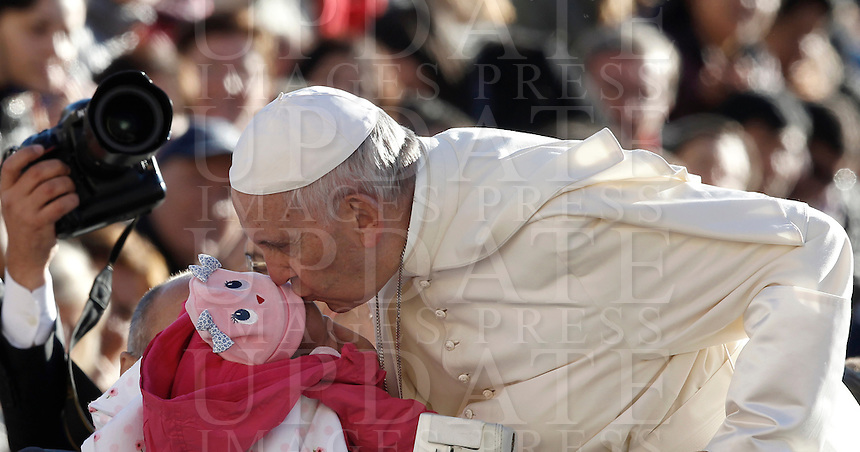 Papa Francesco bacia una bambina al suo arrivo all'udienza generale del mercoledi' in Piazza San Pietro, Citta' del Vaticano, 12 ottobre 2016.<br /> Pope Francis kisses a child as he arrives for his weekly general audience in St. Peter's Square at the Vatican, 12 October 2016.<br /> UPDATE IMAGES PRESS/Isabella Bonotto<br /> <br /> STRICTLY ONLY FOR EDITORIAL USE