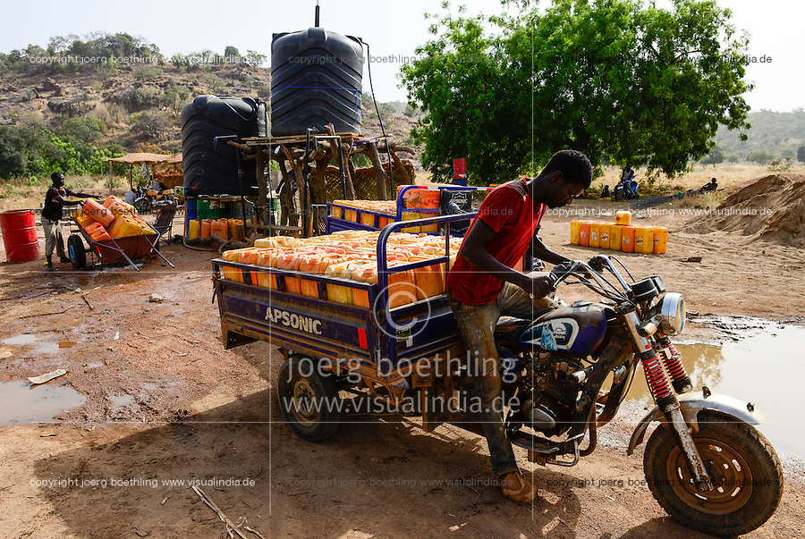 BURKINA FASO , Fada N´Gourma, village TINDANGOU, gold mining camp Pama, water transport of jerry cans with chinese Apsonic three-wheeler for gold washing / Wassertransport mit chinesischen Lastendreirad Apsonic zum Gold waschen
