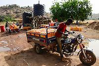 BURKINA FASO , Fada N´Gourma, village TINDANGOU, gold mining camp Pama, water transport of jerry cans with chinese Apsonic three-wheeler for gold washing / Wassertransport mit chinesischen Lastendreirad Apsonic zum Gold waschen