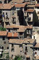 France/06/Alpes-Maritimes/Arrière pays niçois/Peille: Vu du village - Détail des maisons