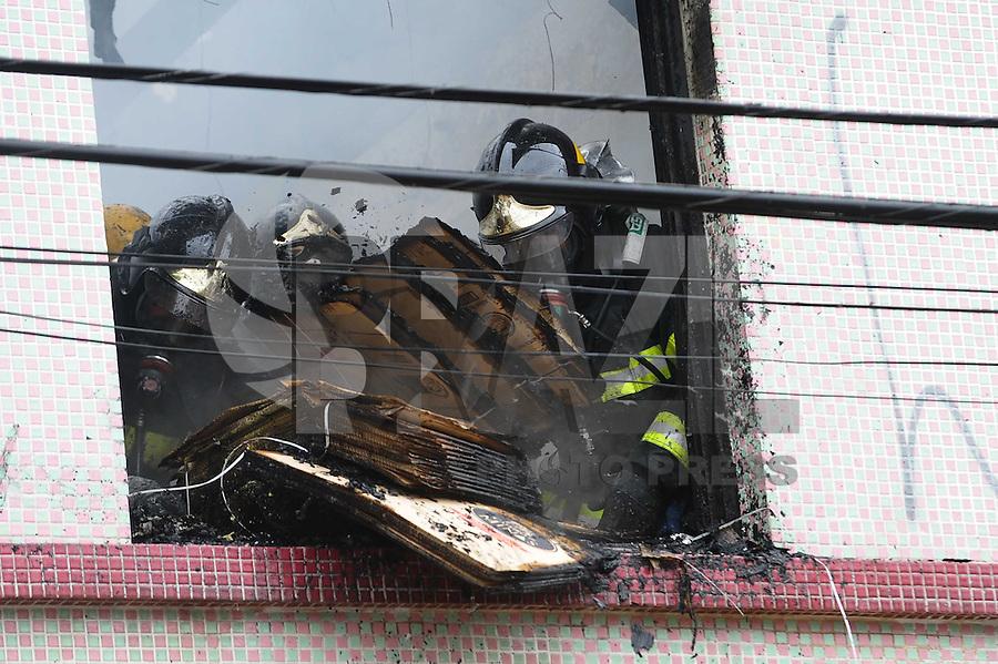SAO PAULO, SP, 26.11.2013 - Bombeiros controla um incendio em uma fabrica de Pão d'alho de Minas na Rua Mendoça  Drumond com Rua Nova Serrana Vila Matilde Zona Leste, não ouve vitimas.(Foto:Adriano Lima / Brazil Photo Press).