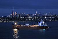 Frachtschiff auf dem Weg nach Manhattan bei Nacht im Hudson River