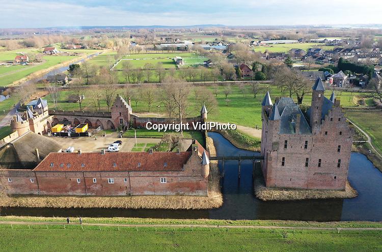 Foto: VidiPhoto<br /> <br /> DOORNENBURG – De zolder van kasteel Doornenburg in de gelijknamige plaats verandert donderdag langzaam in een ultra modern gastenverblijf. Personeel van een vijftal (onder)aannemers werkt daar aan de aanleg van vier luxe logeerkamers en een bruidsuite. Op de voorburcht van De Doornenburg wordt een exclusieve B&B ingericht voor toeristen, maar ook bruilofsgasten kunnen daar met het bruidspaar overnachten. De bijzondere accomotie wordt geëxploiteerd door een tweetal families, die ook de inrichting van de kamers betalen. De bouwkundige kosten komen voor rekening van eigenaar Stichting tot Behoud van den Doornenburg. Door de coronacrisis hebben de werkzaamheden een half jaar vertraging opgelopen. Hoofdaannemer is Dijkhof Bouw uit Klarenbeek. De investeringskosten bedragen ruim een miljoen euro.