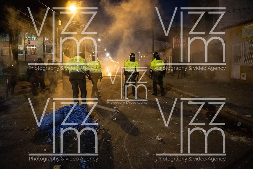 BOGOTA - COLOMBIA, 10-09-2020: Miembros antidisturbios de la Policía enfrentan a los manifestantes durante el segundo día de protestas causadas por el asesinato del abogado Javier Ordoñez, abogado de 46 años, a manos de efectivos de la Policía de Bogotá el pasado miércoles 09 de septiembre de 2020 en el barrio Villa Luz al noroccidente de Bogotá (Colombia). En lo que va corrido del 2020 la alcaldía de Bogotá ha recibido 137 denuncias de abuso policial de las cuales la Policía acusa recibido de 38. / Riot police members confront protesters during the second day of protests caused by the murder of lawyer Javier Ordoñez, a 46-year-old lawyer, at the hands of members of the Bogotá Police on Wednesday, September 9, 2020 in Villa Luz neighborhood in the northwest of Bogotá (Colombia). So far in 2020 the Bogotá mayor's office has received 137 complaints of police abuse of which the Police accuse they have received 38. Photo: VizzorImage / Johan Rugeles / Cont