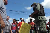 Recife (PE), 28/04/2021 - Protesto-Recife - Protesto na Av. Recife, na entrada do Ibura na manhã desta quarta-feira (28) em Recife. Um grupo de moradores que estão ameaçados de despejo numa área da União que ocupam a mais de 20 anos bloqueiam os dois sentidos da pista e pedem por moradia. Eles querem ser indenizados justamente porque as famílias não têm para onde ir.
