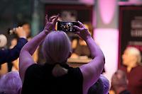 Des amateurs avec leur telephone portable bloque la vue des photographes lors d'une soiree gala remise de prix<br /> <br /> PHOTO : Agence Quebec Presse