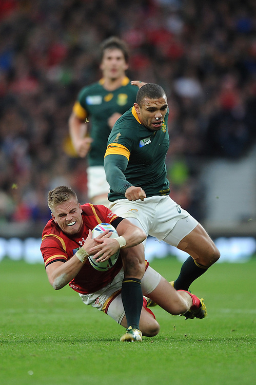 Gareth Anscombe of Wales beats Bryan Habana of South Africa to his charged down kick during Match 41 of the Rugby World Cup 2015 between South Africa and Wales - 17/10/2015 - Twickenham Stadium, London<br /> Mandatory Credit: Rob Munro/Stewart Communications