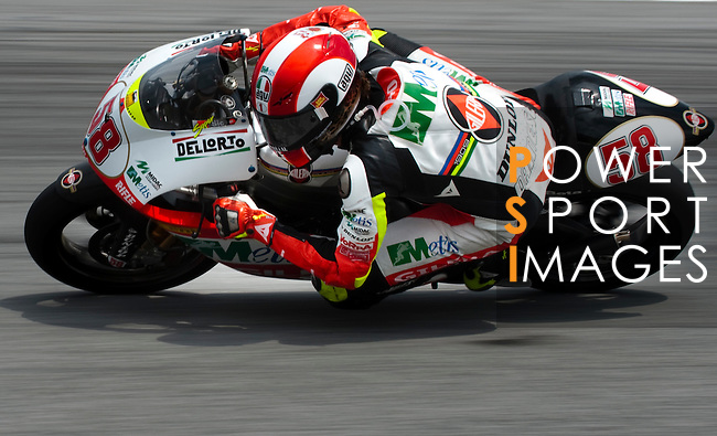 KUALA LUMPUR, MALAYSIA - OCTOBER 25: Metis Gilera Team rider Marco Simoncelli of Italy steers his bike during the 250cc race on the Malaysian MotoGP, which is round 16 of the MotoGP World Championship at the Sepang Circuit on October 25, 2009 in Kuala Lumpur, Malaysia. Photo by Victor Fraile / The Power of Sport Images