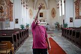 """Der frühere Grenzschützer Pavel Pansky in der Wallfahrtskirche in seinem Heimatsort """"Svaty Kamen"""" (Dolni Dvoriste)."""