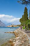 Italy, Veneto, Lake Garda, Malcesine: along lakeside promenade Via Lungolago towards old town with castle | Italien, Venetien, Gardasee, Malcesine: entlang der Via Lungolago zur Altstadt und Scaligerburg