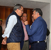 PEREIRA - COLOMBIA- 06-03-2013: Fernando Carrillo (Izq.) Ministro del Interior, Juan Camilo Restrepo (C) Ministro de Agricultura y Luis Garzón (Der.) Alto Consejero para dialogo Social dialogan en Pereira, Colombia, marzo 06 de 2013. El Gobierno Nacional se reunió con los líderes del paro de los caficultores para ponerle fin a la huelga y los bloqueos en las carreteras del país, que lleva más de una semana, causando desabastecimiento de alimentos y aislamiento. (Foto: VizzorImage / Cont). Fernando Carrillo (L), Interior Minister, Juan Camilo Restrepo (C), Minister of Agriculture and Luis Garzon (R) Senior Advisor for Social dialogue conversing in Pereira,, Colombia, March 6, 2013. The national government met with the leaders of the coffee growers to end the strike and road blocks in the country, it takes more than a week, causing food shortages and isolation. (Photo: VizzorImage / Cont.).