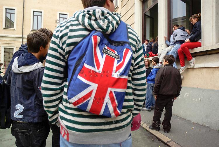 Milano, cortile del liceo Manzoni. Un ragazzo con uno zaino con la bandiera dell'Inghilterra --- Milan, the yard of Manzoni high school. A boy with a backpack with the flag of England (UK)
