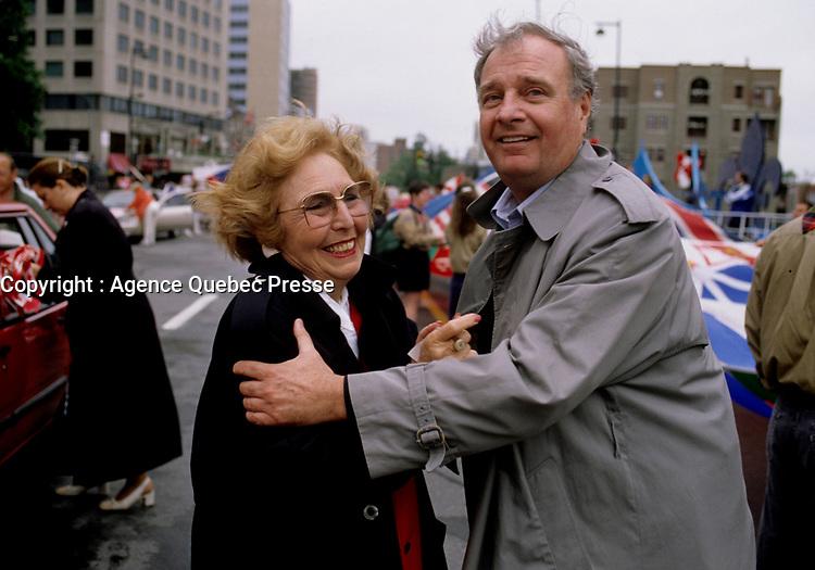 Sheila Finestone et Paul Martin au<br /> Défilé du 1er Juillet 1998 organisé par le Dr Singh<br /> <br /> Montreal (QC) Canada- 1998 File Photo -Montreal (Qc) CANADA - July 1st 1998 File Photo - Canada Day parade organised by Dr Singh - Sheila Finestone (L) and Paul Martin (R)