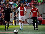 Nederland, Amsterdam, 30 augustus 2015<br /> Eredivisie<br /> Seizoen 2015-2016<br /> Ajax-ADO Den Haag<br /> Mitchell Dijks van Ajax moet het verlaten, omdat hij een spierblessure aan zijn lies heeft opgelopen. Rechts Ronald Vermeer, fysiotherapeut van Ajax.