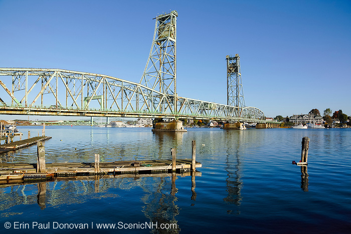 Memorial Bridge from Prescott Park in Portsmouth, New Hampshire USA. This bridge crosses the Piscataque River and connects the two towns of Kittery Maine and Portsmouth, New Hampshire, USA..