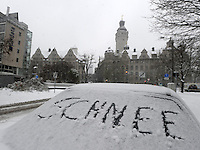 Wintereinbruch in Leipzig - erste geschlossene Schneedecke des Winters 2010 - Neuschnee - im Bild: Feature Schriftzug Schnee auf Autoscheibe vor Neues Rathaus Leipzig .Foto: Norman Rembarz .