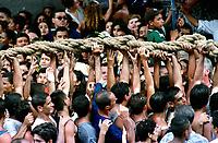 Promesseiros carregam a corda em pagamento as promessas feitas a Nossa Senhora de Nazaré no decorrer da procissão que ocorre a mais de 200 anos em Belém. As estimativas são de mais de 1.500.000 pessoas acompanhem à procissão.<br />Belém-Pará-Brasil<br />08/10/2000<br />©Foto: Paulo Santos/Interfoto.
