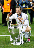 Calcio, finale di Champions League: Real Madrid vs Atletico Madrid. Stadio San Siro, Milano, 28 maggio 2016.<br /> Real Madrid's Gareth Bale poses with the Champions League trophy at the end of the final match against Atletico Madrid, at Milan's San Siro stadium, 28 May 2016. Real Madrid won 5-4 on penalties after the game ended 1-1.<br /> UPDATE IMAGES PRESS/Isabella Bonotto