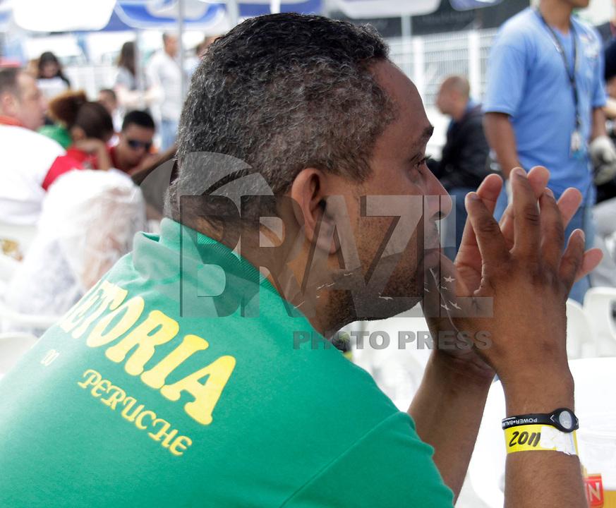SP - CARNAVAL/SP/APURAÇÃO - CIDADES<br /> SP - CARNAVAL/SP/APURAÇÃO - CIDADES - Integrante da Peruche lamenta rebaixamento da escola  durante apuração  do Grupo Especial do Carnaval 2011 de São Paulo, realizada na tarde desta terça-feira (8), no Sambódromo do Anhembi, na zona norte da capital paulista.