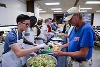 USA, Iowa, Dubuque, food distribution for poor people / Verteilung von Essen an Obdachlose und arme Menschen