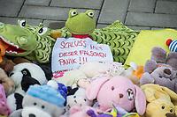 """Mit Plueschtieren als Symbol fuer eine angebliche """"pysiche und psychische Schaedigung unsere Kinder durch die Corona-Maßnahmen"""" protestierten Corona-Leugner und Impfgegner unter dem Motto """"Haende weg von unseren Kinder"""" am Montag den 19. Oktober 2020 in Berlin. Dabei wurden Schilder mit der Aufschrift """"Ihr seid Verbrecher, Finger weg von unseren Kindern"""", """"Nur die Coronaregeln machen unsere Kinder krank"""" und """"Maske ist Folter"""" gehalten. Manche der Kuscheltiere hatten eine Maske mit dem Spruch """"I can't breath"""" der antirassistischen Blick Lives Matter-Bewegung um.<br /> Im Bild: Ein Kuscheltier mit einem Schild """"Schluss mit dieser falschen Panik!!!"""".<br /> 19.10.2020, Berlin<br /> Copyright: Christian-Ditsch.de"""