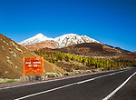 Spanien, Kanarische Inseln, Teneriffa, Teide National Park und der schneebedeckte Pico del Teide (3.718 m), Spaniens hoechster Berg | Spain, Canary Islands, Tenerife, Teide National Park: snow covered Pico del Teide (3.718 m)
