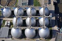 Klaerwerk Koehlbrandhoeft:EUROPA, DEUTSCHLAND, HAMBURG 16.04.2009:Abwasser, Abwasserrohr, Klaeranlage, Klaerwerk, Rohr, Schaum, Schmutz, Verschmutzung, Wasser, Hafen, Elbe, Abwasserreinigung, Faulbehaelter, Faultuerme, Fauleier,  Klaeranlage, Klaerbecken, Klaerschlamm, Klaerwerk, Wasser, Wasseraufbereitung, Faeulnistuerme im Klaerwerk, Faulbehaelter, Faultuerme, Klaeranlage, Klaerbecken, Klaerschlamm, Klaerwerk, Wasseraufbereitung, Aussenansicht, Gifte, Oekologie-Umwelt, Umwelt, Abwasseraufbereitung, Wasserbetriebe, Infrastruktur, Kommune, Privatisierung, Umweltschutz, Wasserreinigung, Entsorgerung, Entsorger, Anlage, Becken, Belebung, Wasserbelebung , Belebungsbecken, Bereich, Berlin, Brauchwasser, Entgasung, Entgasungszone, Industrie, Industrieanlage, Klaerung, Klaerwasserstation, Mechanik, Reinigung, Rueckstaende, Schaedlichkeit, Technik, Klaerschlammbehandlung, Klaerschlammverwertung, Abwasseranlage, Schlammbehandlungsanlage, Belebungsanlage, Schlammentwaesserung, Abwasserbehnadlungsbecken, Luftaufnahme, Luftbild,  Luftansicht,<br /><br />c o p y r i g h t : A U F W I N D - L U F T B I L D E R . de<br />G e r t r u d - B a e u m e r - S t i e g 1 0 2, 2 1 0 3 5 H a m b u r g , G e r m a n y P h o n e + 4 9 (0) 1 7 1 - 6 8 6 6 0 6 9 E m a i l H w e i 1 @ a o l . c o m w w w . a u f w i n d - l u f t b i l d e r . d e<br />K o n t o : P o s t b a n k H a m b u r g <br />B l z : 2 0 0 1 0 0 2 0  K o n t o : 5 8 3 6 5 7 2 0 9<br />V e r o e f f e n t l i c h u n g n u r m i t H o n o r a r n a c h M F M, N a m e n s n e n n u n g u n d B e l e g e x e m p l a r !