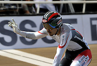 CALI - COLOMBIA - 17-01-2015: Kazunari Watanabe de Japon, celebra victoria en la prueba del Keirin en el Velodromo Alcides Nieto Patiño, sede de la III Copa Mundo UCI de Pista de Cali 2014-2015  / Kazunari Watanabe of Japan, celebrates the victory in the race of Keirin in the Alcides Nieto Patiño Velodrome, home of the III Cali Track World Cup 2014-2015 UCI. Photos: VizzorImage / Luis Ramirez / Staff.