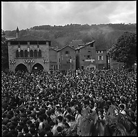Place Vival à Figeac (46). 17 Mai 1962. Vue de la foule qui écoute le discours du Général de Gaulle.