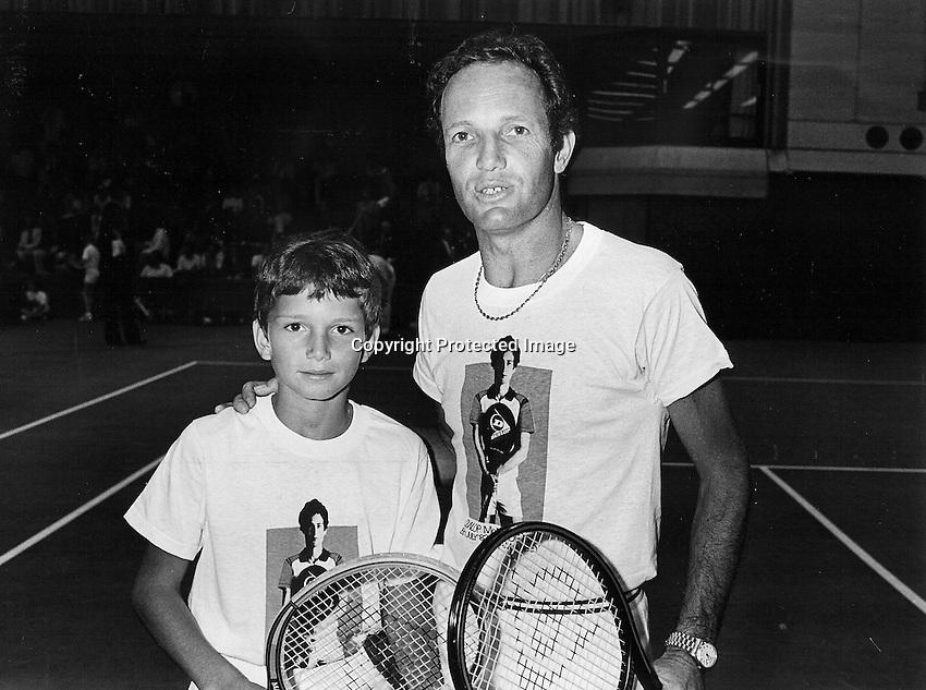 15-07-1982 London, Dunlop, McEnroe day, Tom Okker (NED) withe the  little  Richard Krajicek (NED)