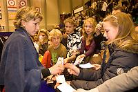 15-12-07, Netherlands, Rotterdam, Sky Radio Masters, Michaella Krajicek   deeld handtekeningen uit