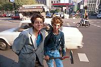 - young gypsies ask charity to car drivers....- giovani zingari chiedono elemosina agli automobilisti
