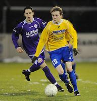 SW Harelbeke - SV Diksmuide..Aaron Vandendriessche aan de bal voor de jagende Jörg Dutoit (links)..foto VDB / BART VANDENBROUCKE