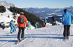 Foto: VidiPhoto<br /> <br /> BRIXEN IM THALE – Er is op dit moment te weinig sneeuw in het gebied Skiwelt Wilder Kaiser Brixental -met 284 pistekilometers het grootste en populairste skigebied van Oostenrijk- om de tienduizenden wintersporters de komende Kerstvakantie op te kunnen vangen. Iets meer dan de helft van de pistes is nog maar geopend. Het wordt bij de skiliften dan ook ongekend druk. Komend weekend begint de intocht van de tienduizende vakantiegangers. Behalve dat er te weinig sneeuw is gevallen, bevatten de spaarbekkens ook te weinig water om sneeuw van te kunnen maken. Normaal gesproken wordt er water aangevoerd naar de spaarbekkens, maar vrijwel al het water is nodig om de waterkrachtcentrales op gang te houden. Per kubieke meter sneeuw is 200 tot 500 liter water nodig . Voor een hectare piste is dat ongeveer een miljoen liter. In het gebied is voor het komende skiseizoen 27 miljoen euro geïnvesteerd in nieuwe liften en 100 extra sneeuwkanonnen. Met voldoende water zou het hele gebied van 284 km. in drie dagen tijd van kunstsneeuw voorzien kunnen worden. Veel sneeuw smelt overdag weg door de relatief hoge temperaturen.