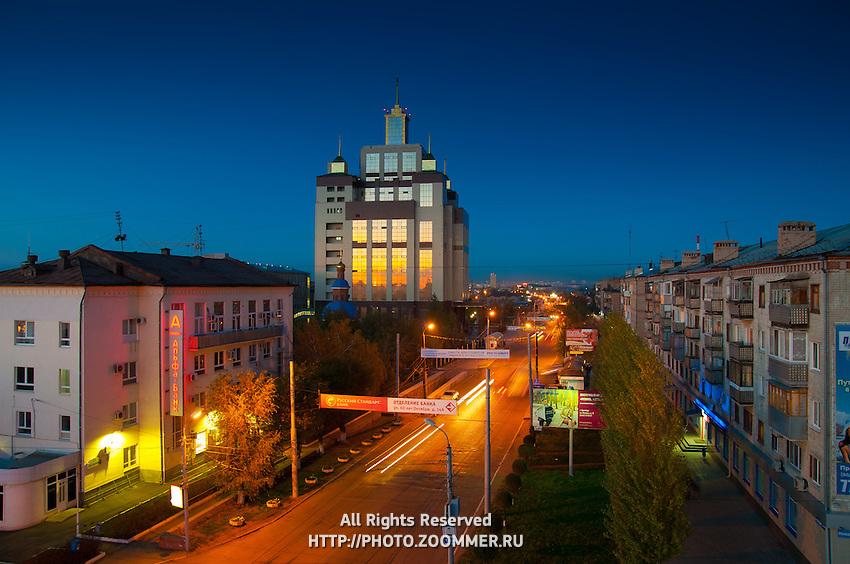 Панорама вечернего Оренбурга: библиотека ОГУ и проспект Победы